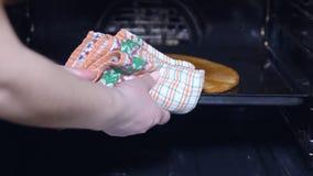 Gâteau pour un gâteau dans le four clips vidéos