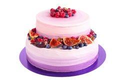 Gâteau pourpre avec le fruit d'isolement sur le blanc Photographie stock libre de droits