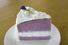 Gâteau pourpre de crème de noix de coco Photos libres de droits
