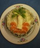 Gâteau qui a réussi tout seul naturel avec des morceaux de banane, d'orange et de kiwi Photographie stock