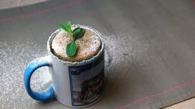 Gâteau rapide dans une tasse décorée de la menthe Photos stock