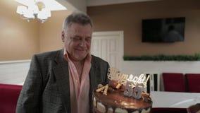 Gâteau respectable heureux de participation de vieil homme Célébration de l'anniversaire d'anniversaire banque de vidéos