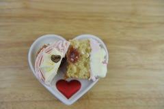Gâteau romantique de tasse de jour de valentines dans rose et blanc avec des décorations de centre de confiture de fraise et de c Photographie stock