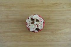 Gâteau romantique de tasse de jour de valentines en blanc et rouge avec les décorations en bois de coeur d'amour sur le dessus Photographie stock