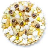 Gâteau rond délicieux fait main sur un fond blanc Image stock