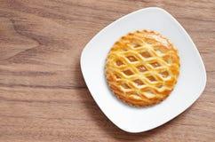 Gâteau rond de trellis d'Apple dans le plat image libre de droits