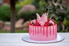 Gâteau rose avec la couronne sur l'anniversaire Photo libre de droits