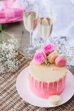Gâteau rose et vin mousseux Photographie stock libre de droits