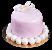 Gâteau rose fait main avec un arc et des perles Images stock