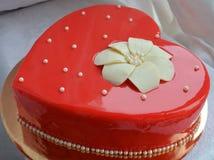 Gâteau rouge - coeur Photos libres de droits