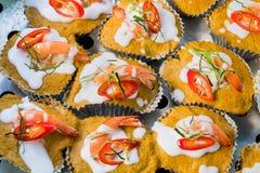 Gâteau rouge cuit à la vapeur thaïlandais de cari avec des fruits de mer Photographie stock libre de droits