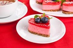Gâteau rouge de coeur Photos libres de droits