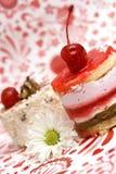 Gâteau rouge de fruit doux avec la cerise et la camomille Photos stock
