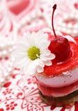 Gâteau rouge de fruit doux avec la cerise et le camomi blanc Photographie stock libre de droits