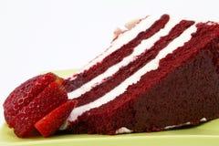 Gâteau rouge de velours garni avec des fraises Image libre de droits
