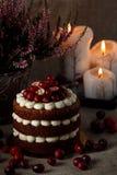 Gâteau rouge de velours sur le fond foncé Photos libres de droits