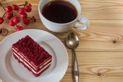 Gâteau rouge de velours, tasse de café et hypericum Photos libres de droits