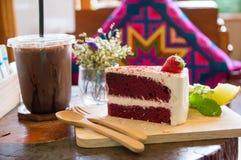 Gâteau rouge sur le conseil en bois photographie stock libre de droits