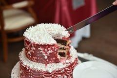Gâteau rouge sur une table Images libres de droits