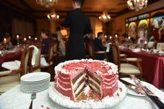 Gâteau rouge sur une table Photo stock