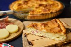 Gâteau salé avec du fromage et le jambon faits maison Image stock