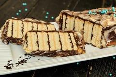 Gâteau sans faire avec cuire au four les biscuits et le chocolat photos stock