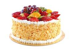Gâteau savoureux avec des fruits, d'isolement sur le fond blanc Photos libres de droits
