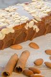 Gâteau savoureux de caramel avec les écrous et la cannelle Photographie stock libre de droits