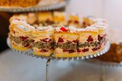 Gâteau savoureux de cerise placé sur le support de dessert de mariage Photo libre de droits