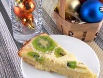 Gâteau savoureux de kiwi avec des boules de Noël réglées Photographie stock libre de droits