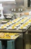 Gâteau servant dans la cuisine commerciale Photo libre de droits