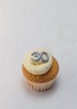 Gâteau simple de tasse d'éponge de vanille avec le scintillement argenté numéro 30 dessus Photographie stock