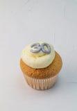 Gâteau simple de tasse d'éponge de vanille avec le scintillement argenté numéro 30 dessus Image stock