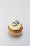 Gâteau simple de tasse d'éponge de vanille avec le scintillement argenté numéro 30 dessus Images stock