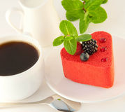Gâteau sous forme de coeur avec une mûre Image stock