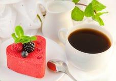 Gâteau sous forme de coeur avec une mûre Images stock