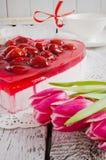 Gâteau sous forme de coeurs et tulipes Image stock