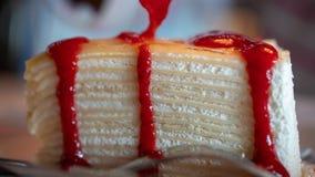 Gâteau succulent de crêpe de sauce à fraise photo stock