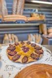 Gâteau sur l'affichage dans la boulangerie Photo stock