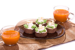 Gâteau sur l'isolat de plats et de tasses de jus sur le blanc Images libres de droits
