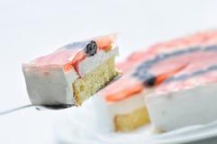 Gâteau sur la cuillère en métal, au goût âpre crèmes du plat blanc, du gâteau avec des fruits et de la gélatine, pâtisserie, phot Images libres de droits