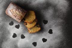 Gâteau sur la table avec l'espace libre de coeur Image stock