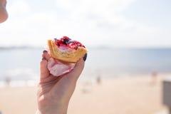 Gâteau sur le bord de mer illustration de vecteur