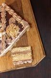 Gâteau sur un conseil en bois Images libres de droits
