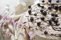 Gâteau sur un fond clair avec le ceti roman éclat photographie stock libre de droits