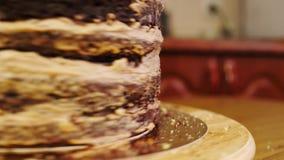 Gâteau sur un support tournant pour décorer des gâteaux Plan rapproché clips vidéos