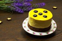 Gâteau sur une soucoupe ; fleurs et étoiles Photographie stock