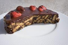 Gâteau, tarte ou flan simple de chocolat faits à partir des bisquits anglais de style de chocolat de qualité et des fraises crues Photographie stock libre de droits