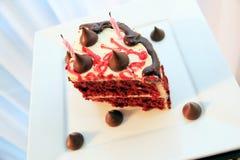 Gâteau très savoureux et beau avec des bougies Anniversaire Photographie stock libre de droits