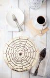 Gâteau traditionnel d'Esterhazy de Hongrois avec des cartes postales de tasse et de vintage de café Image libre de droits